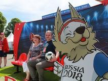 Отдыхающие в Парке Горького в Москве в преддверии чемпионата мира по футболу