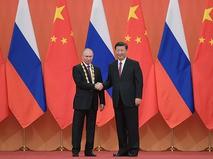 Председатель КНР Си Цзиньпин вручил президенту России Владимиру Путину орден Дружбы КНР