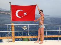 Девушка с турецким флагом