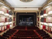 Вид на зрительный зал и сцену театра
