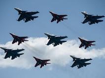 """Истребители Су-30СМ пилотажной группы """"Русские Витязи"""" и МиГ-29 пилотажной группы """"Стрижи"""""""