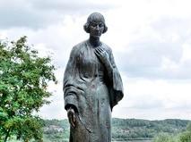 Памятник Марине Цветаевой в Тарусе на берегу Оки