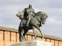 Коломна. Памятник Дмитрию Донскому у стен Кремля