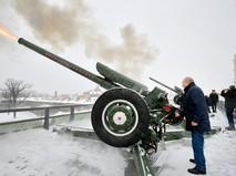 Президент России Владимир Путин произвёл пушечный выстрел из Нарышкина бастиона в Петропавловской крепости