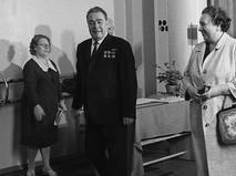 Генеральный секретарь ЦК КПСС Леонид Ильич Брежнев с супругой Викторией Петровной (справа) на избирательном участке во время выборов в Верховный Совет СССР