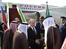 Владимир Путин во время встречи в аэропорту имени короля Халеда в Эр-Рияде