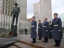 Почетный караул у памятника государственному деятелю, политику Евгению Примакову