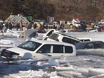 Во Владивостоке десятки машин провалились под лёд