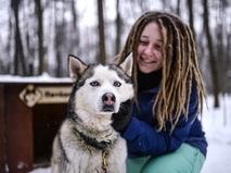 Девочка с собакой породы хаски