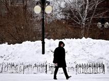 Сугробы вдоль улицы в Новосибирске