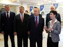 Владимир Путин и директор колледжа Елена Быкова во время посещения Череповецкого химико-технологического колледжа