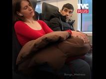 Девушка спит на людях в МЦД