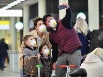 Люди в медицинских масках делают селфи