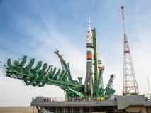 """Установка ракеты-носителя """"Союз-2.1а"""" с пилотируемым кораблем """"Союз МС-16"""" на стартовый комплекс"""