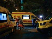 Пожарные и скорая помощь на месте возгорания в больнице на севере Москвы