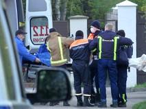 Врачи увозят пострадавших