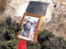 Памятная табличка на месте гибели летчика Романа Филипова в Сирии