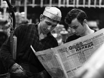 """Рабочие читают газету """"Комсомольская правда"""" во время перерыва"""