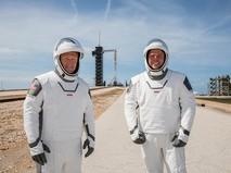 Астронавты NASA на фоне корабля Crew Dragon компании SpaceX