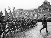 Знаменосцы сводного полка Ленинградского фронта во время Парада Победы