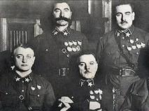 Сидят (слева направо): М. Н. Тухачевский, К. Е. Ворошилов, А. И. Егоров; стоят: С. М. Будённый и В. К. Блюхер