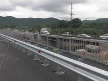 Автомобильное движение по мосту через реку Артемовку