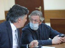 Адвокат Эльман Пашаев и актер Михаил Ефремов в Пресненском суде