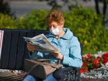 Пенсионерка в медицинской маске