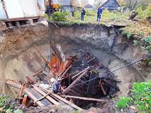 Дом провалился под землю