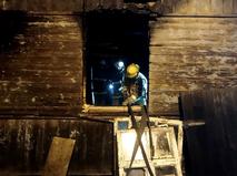 Сотрудники МЧС ликвидируют пожар в частном доме в городе Ельня Смоленской области