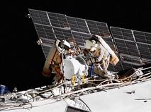 Космонавты работают в открытом космосе