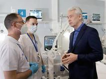 Сергей Собянин общается с медиками