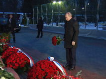Владимир Путин возлагает цветы к могиле Бориса Ельцина