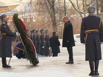 Владимир Путин возложил цветы к могиле Неизвестного солдата в Александровском саду