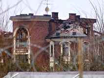 Сгоревший дом пенсионера, устроившего стрельбу в Мытищах
