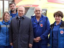 Владимир Путин и врачи станции скорой медицинской помощи