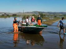 Сотрудники МЧС эвакуируют жителей из зоны паводка