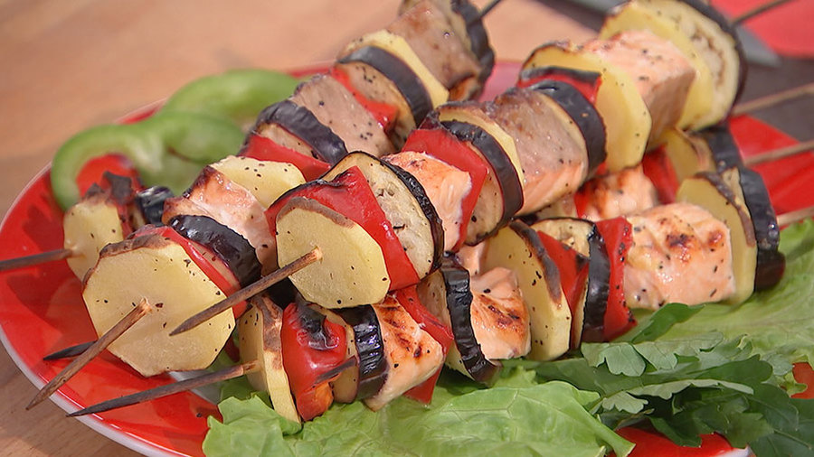 После филе нарезают на куски, нанизывают на шампуры и жарят шашлык.