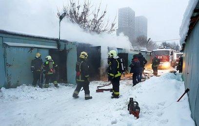 Мужчина не смог выбраться из горящих гаражей в Москве
