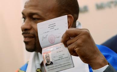 Поощряет приобретение гражданства