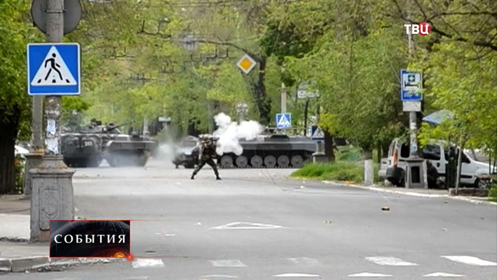 Украинские военные стреляют в Мариуполе