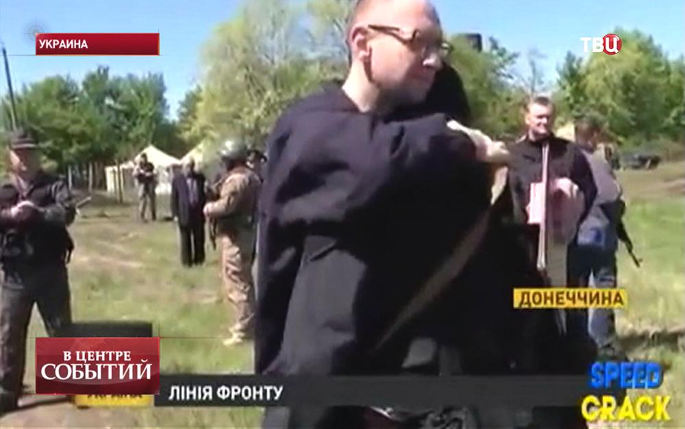 Премьер-министр Украины Арсений Яценюк поздравляет бойцов национальной гвардии Украины