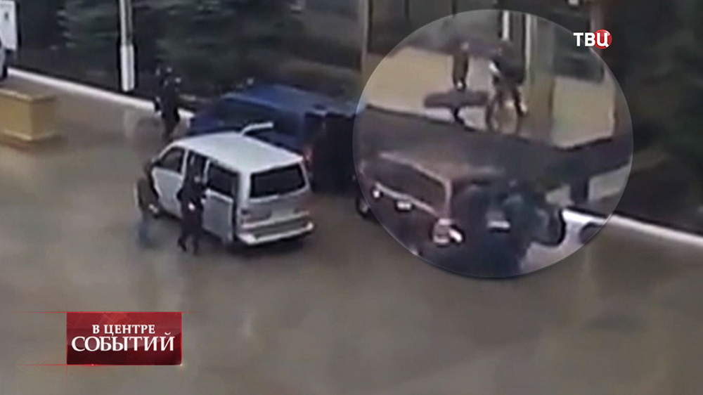 Спецназ выгружает снаряжение из машин
