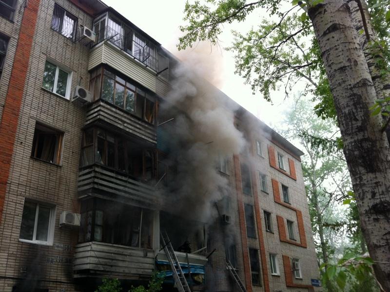 На месте пожара, в результате взрыва бытового газа в пятиэтажном здании в Хабаровске