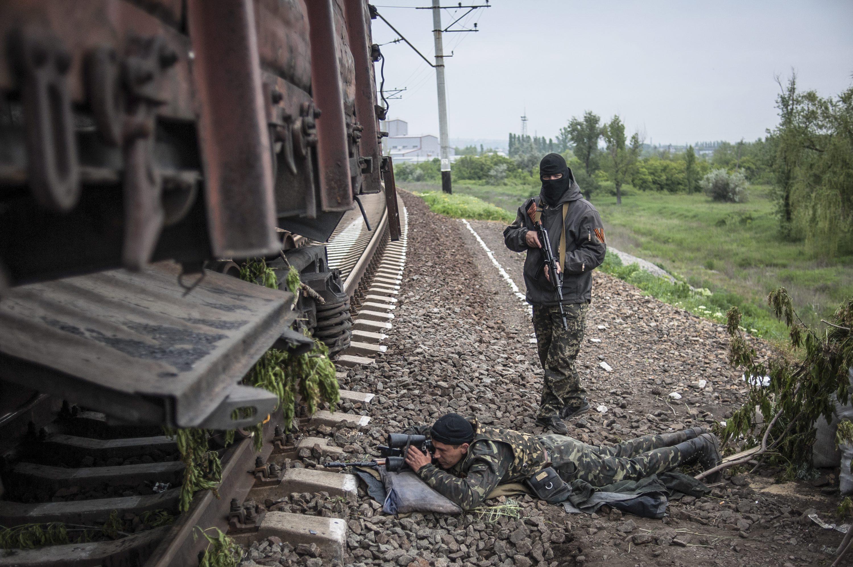 Бойцы народного ополчения контролируют железнодорожные пути около Славянска