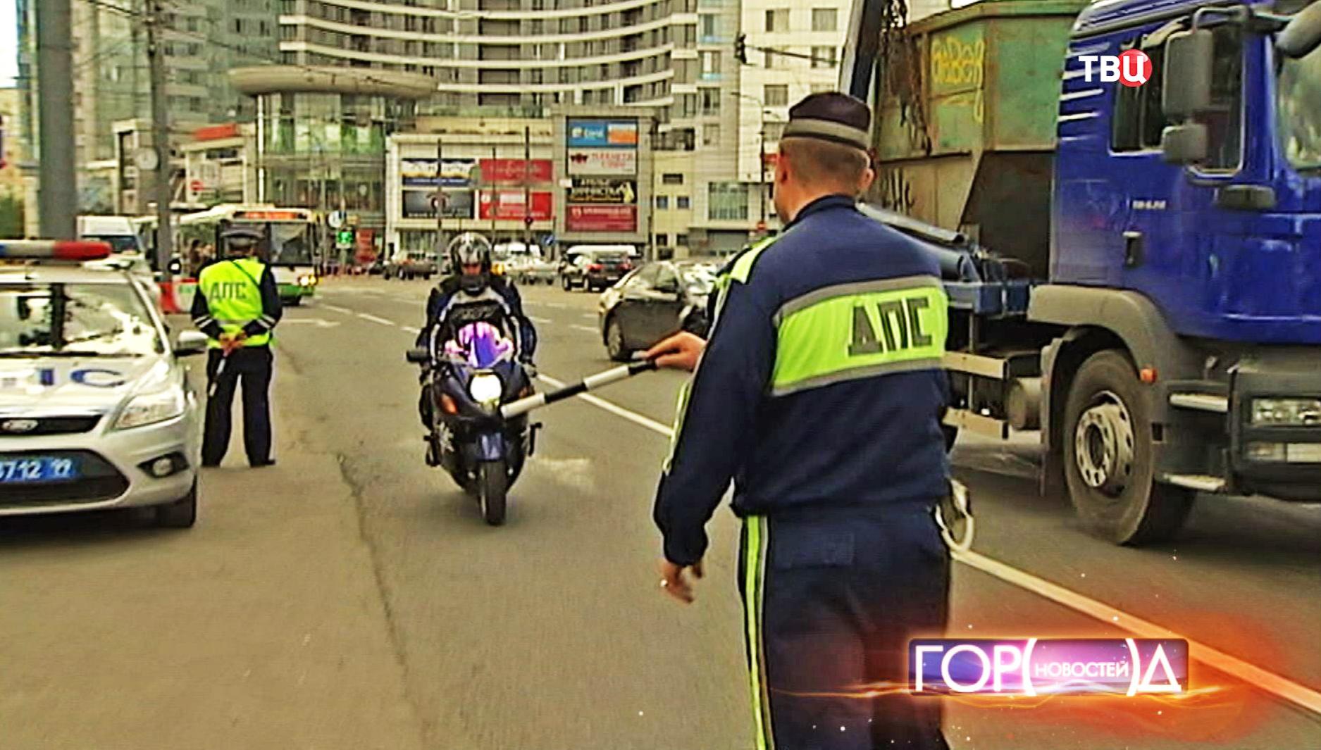 Мотовзвод ДПС контролирует движение на дороге