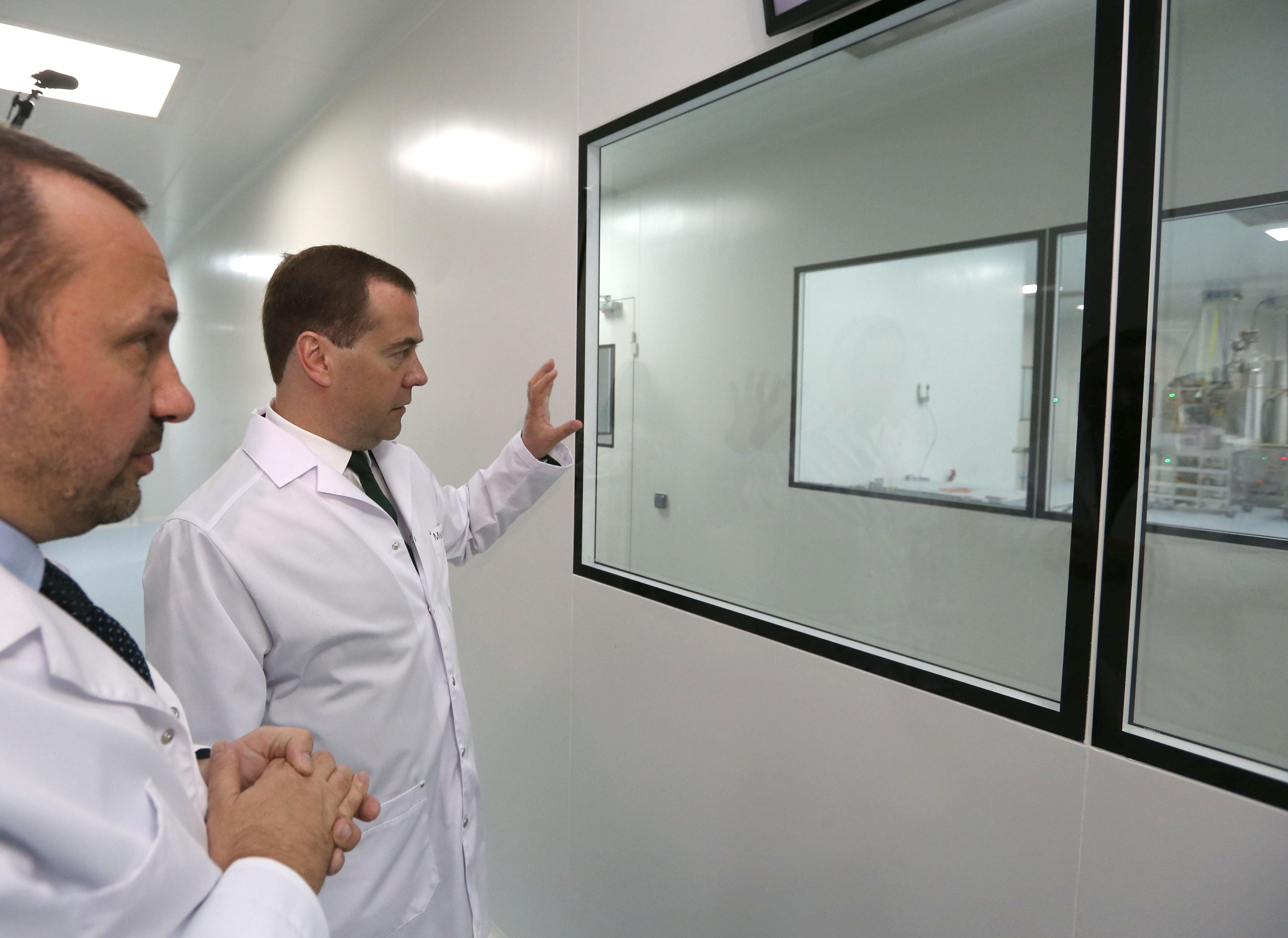 Дмитрий Медведев во время осмотра научно-производственного комплекса в Санкт-Петербурге