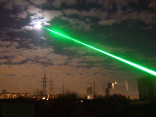 Лазер, ослепляющий самолет