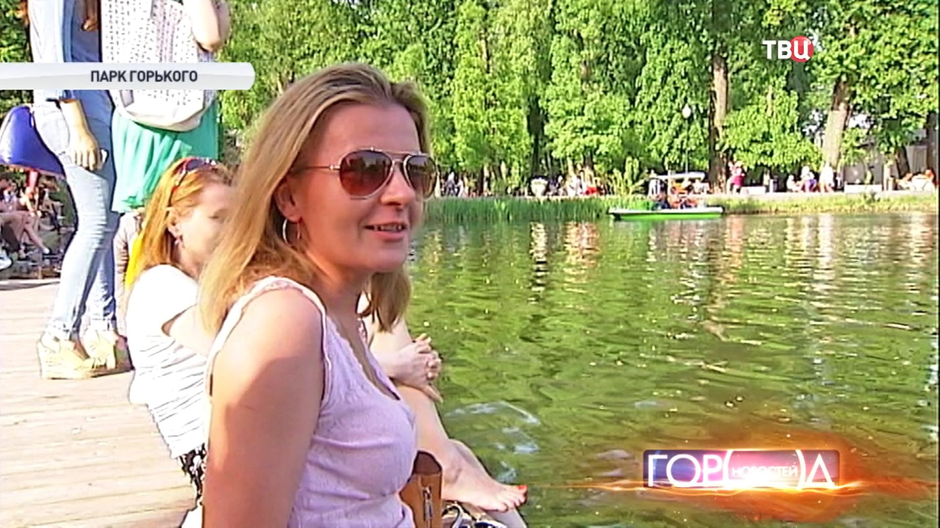 """Люди отдыхают в """"Парке Горького"""""""