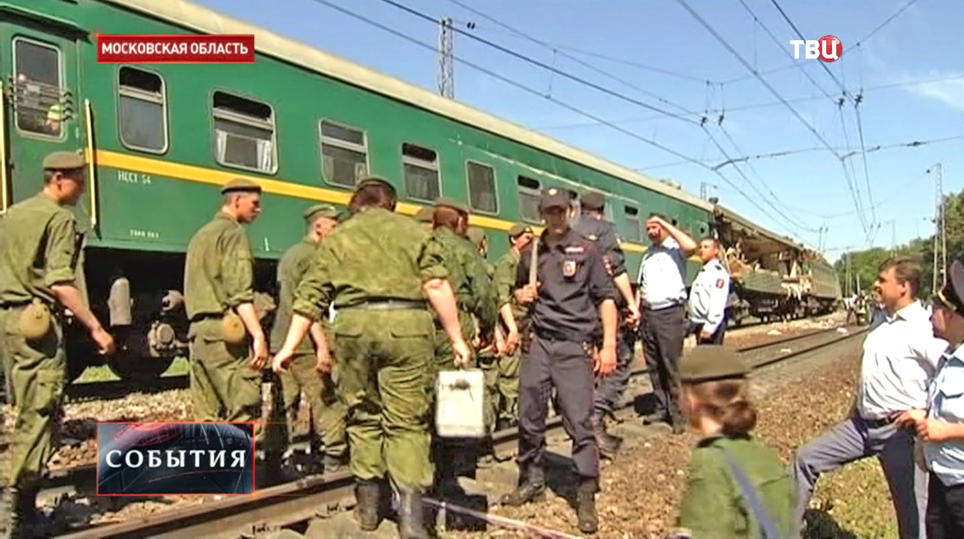 Полиция и служба спасения на месте столкновения поездов в Подмосковье